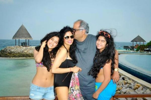 Sridevi with Boney Kapoor and daughters Jhanvi & Khushi