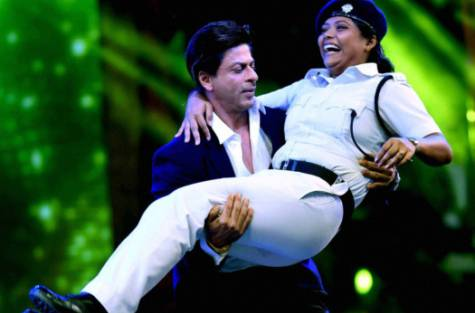 SRK Dancing with Lady Cop Creates Controversy