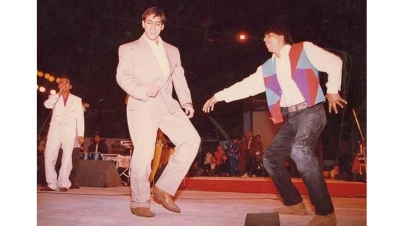 Salman Khan & SRK dancing in a concert, very old photo